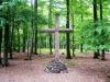 Das große Kreuz. Es ist aus einem alten Eichenstamm geschnitten und ebenso wie der Altar von Uli Peter aus Breitenthal gestaltet.